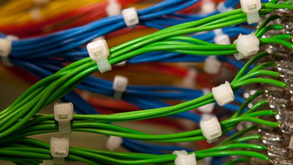 Verschiedene elektronische Kabel, die farblich sortiert und gruppiert angelötet sind.