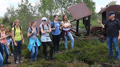 Studenten bei einer Vorlesung in der Natur
