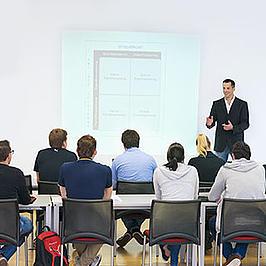 Studierende in einem Vorlesungssaal.