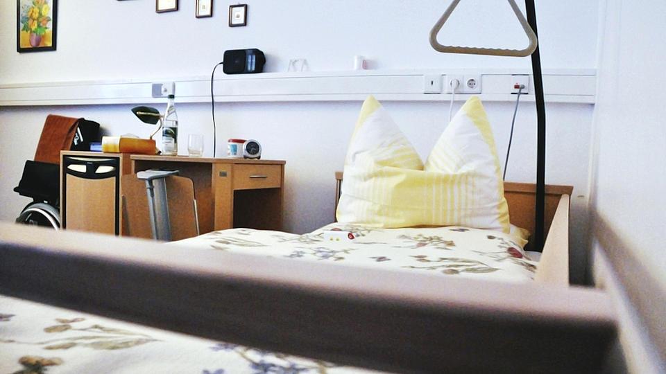 Ein Krankenbett aufgenommen vom unteren Ende.