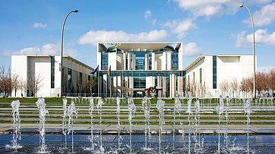 Fontalblick auf das Bundeskanzleramt in Berlin mit Wasserspielen davor