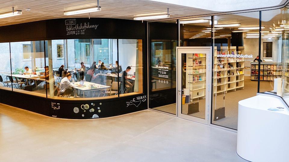 Universitätsbibliothek Eingang mit Sitzecke
