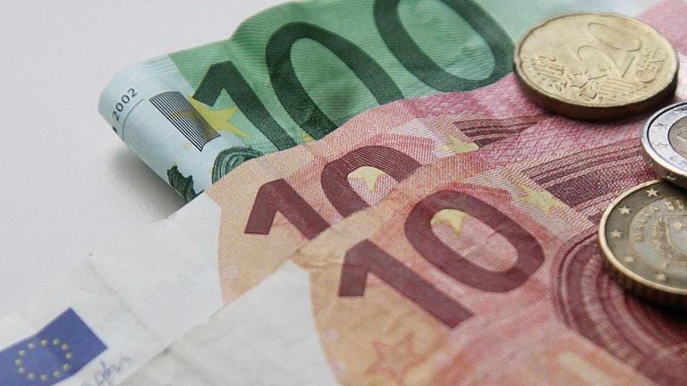 Bargeld liegt auf einem Tisch.