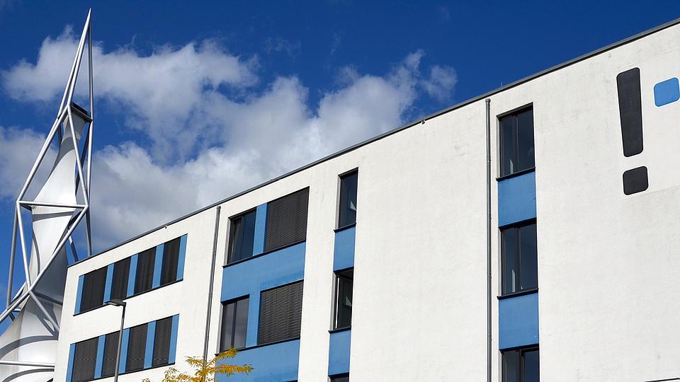 Ansicht der FH mit blauem Himmel und weißen Wolken