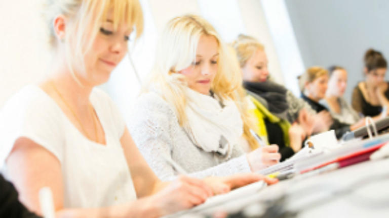 Studierende in einem Seminarraum.