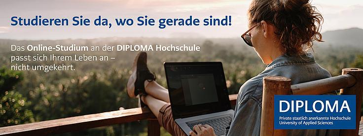 Eine Frau sitzend auf einer Terrasse die Beine nach oben gelegt und den Laptop auf den Beinen. Schaut in die Natur.