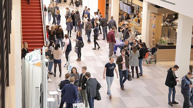 Studenten laufen durch das Foyer