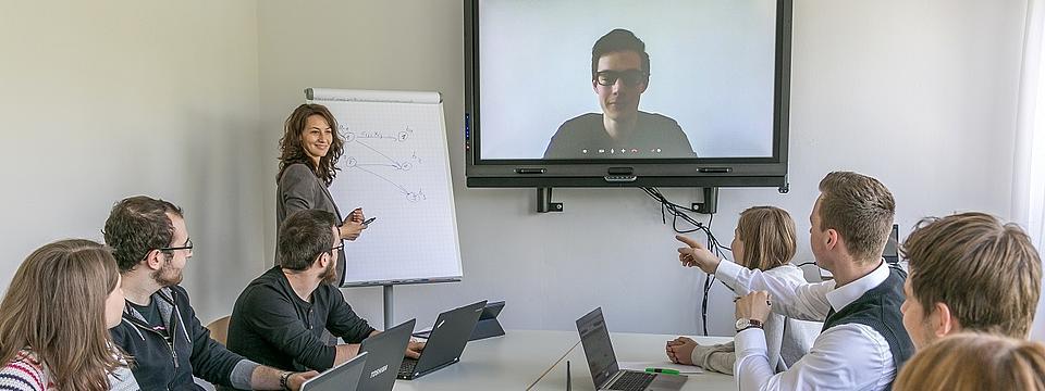Studierende sitzen in einem Seminar.