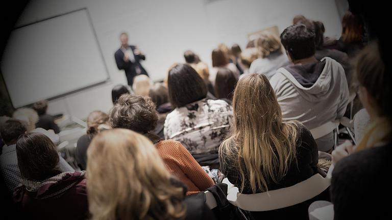 Studenten in der Vorlesung sitzend