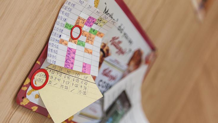 Nahaufnahme eines Wochenplanes inklusive eines Zeitplanes für U-Bahn und Arbeit.