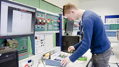 Ein Studierender in einem Labor.
