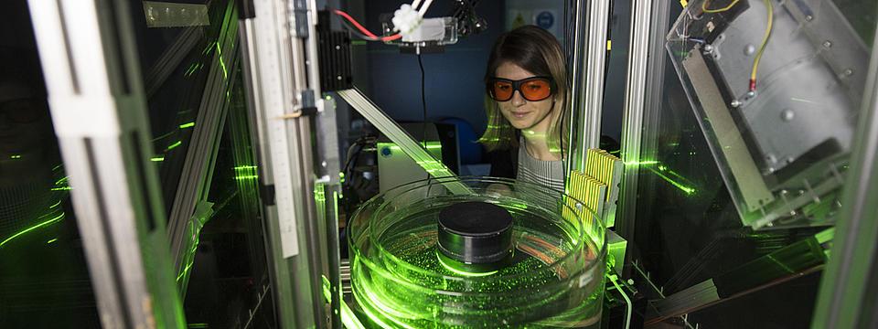 Eine Studierende in einem Labor.