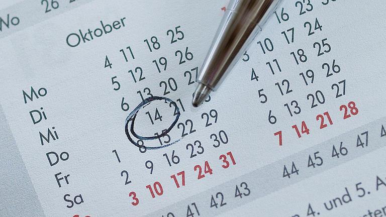 Ein Stift auf einem Kalender.