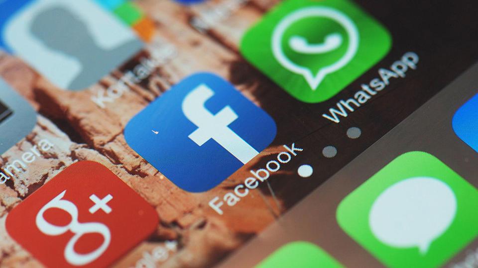 Der Desktop eines Smartphones mit den Apps von Google, Facebook und WhatsApp.