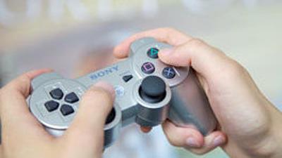 Zwei Hände halten ein Gamepad.