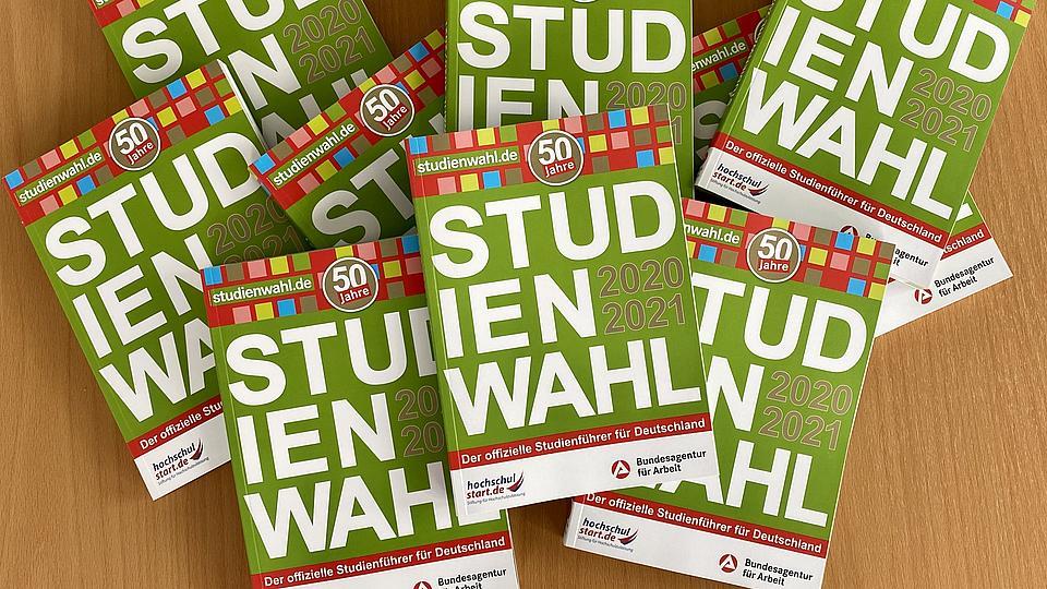 Bücher der 50. Ausgabe von Studienwahl liegen auf einem Tisch.