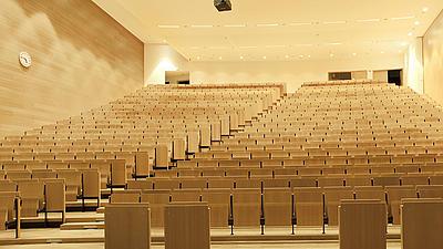 Ein Hörsaal einer Uni.
