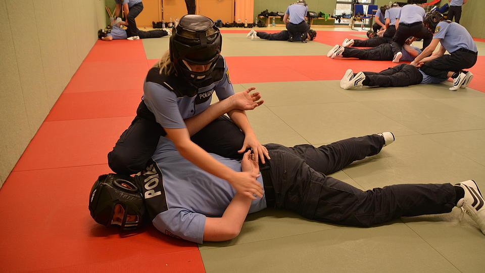 Polizeischüler beim Kampftraining