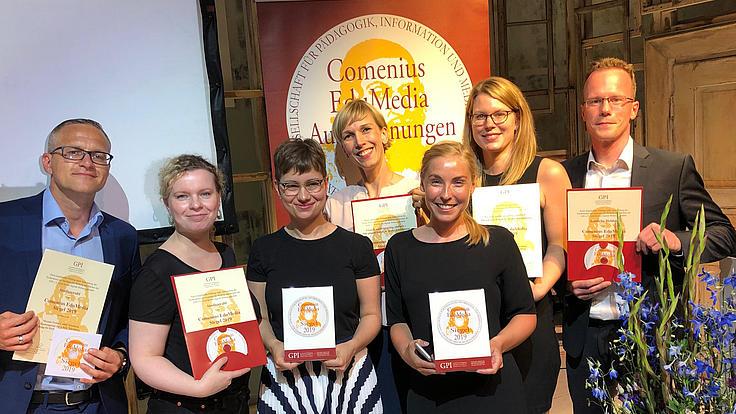 Vertreter von Meramo, der Bundesagentur für Arbeit sowie der Stiftung für Hochschulzulassung nehmen den Comenius-EduMedia Award 2019 für das Portal studienwahl.de entgegen.