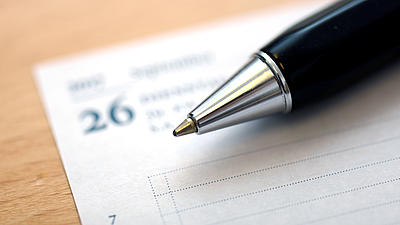 Ein Kugelschreiber liegt auf einem Kalenderblatt.