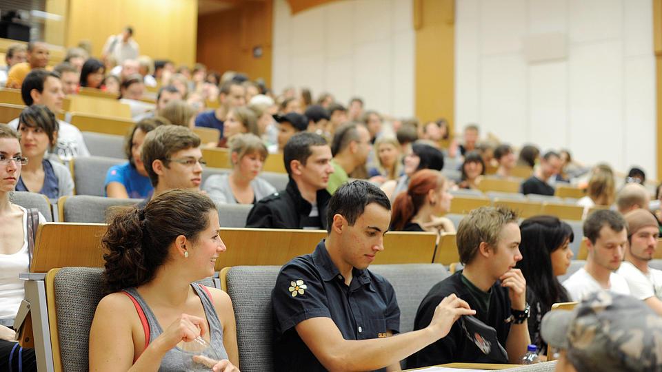 Studierende in einem Hörsaal.