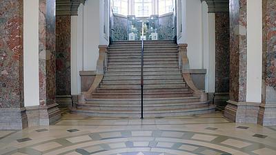 Ein klassisches Treppenhaus mit Marmortreppe.