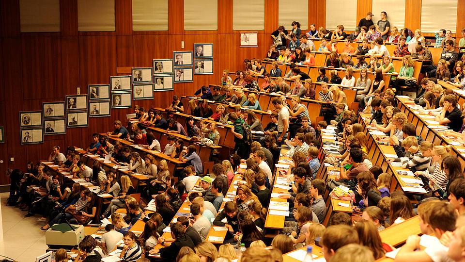 Ein gut gefüllter Vorlesungssaal.
