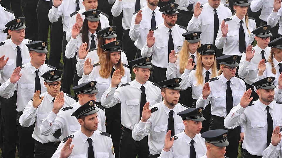 Polizeischüler werden vereidigt