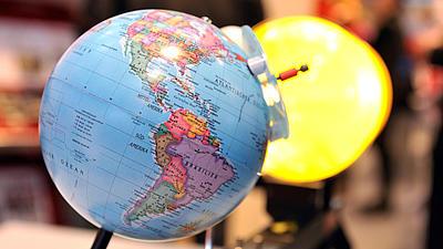Auf einem Globus sind die Bereiche Nord- und Süd-Amerikas zu sehen.