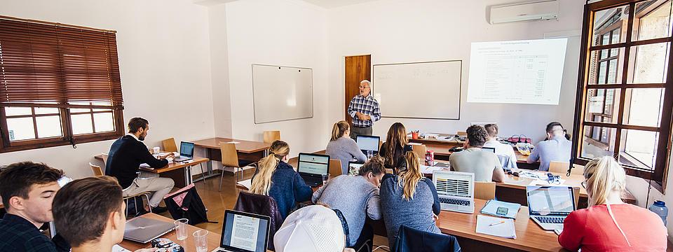 Studierende im Klassenraum während einer Vorlesung