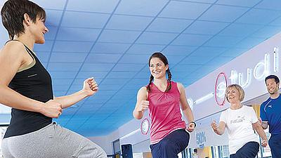 Mehrere Menschen in einem Fitnessstudio.