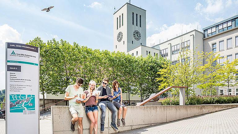 Studenten vor der Uni in Jena