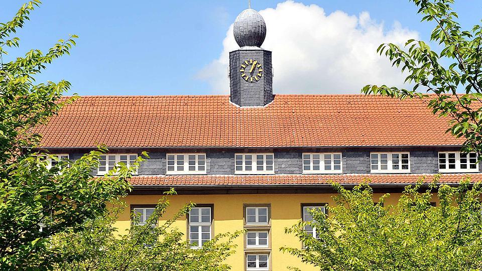 Ansicht der FH mit gelbem Gebäude und rotem Ziegeldach