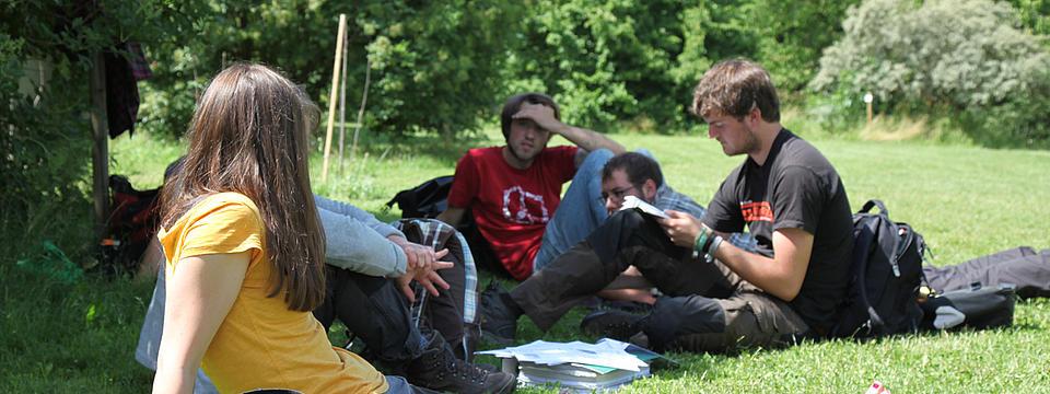 Studierende beim Lernen sitzend auf der Wiese
