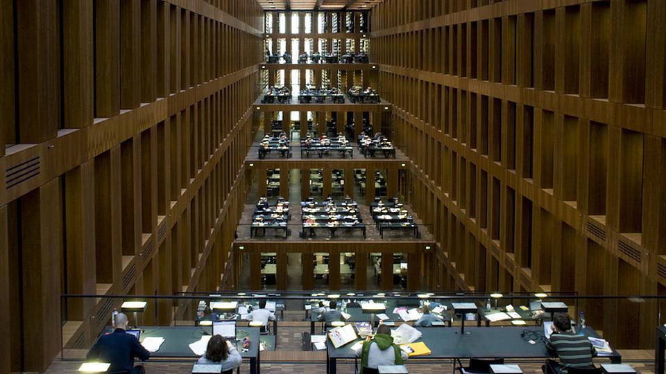 Blick über die fünf Etagen des Lesesaals der Grimmbibliothek der Humboldt Universität Berlin.