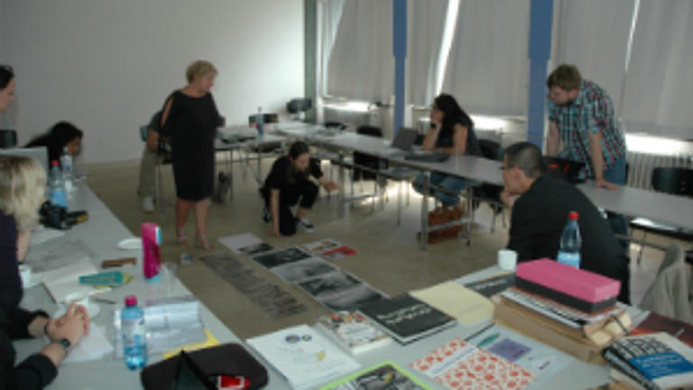 Studierende sitzen zusammen und arbeiten.