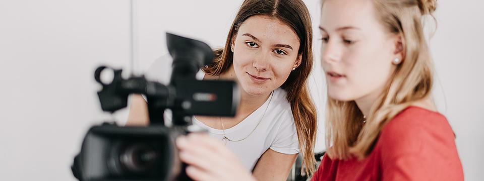 Zwei Frauen filmen mit einer professionellen Kamera