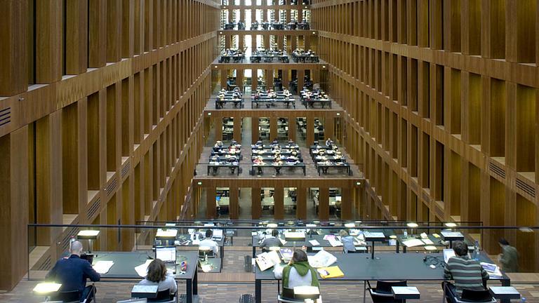 Studierende in einer Bibliothek.