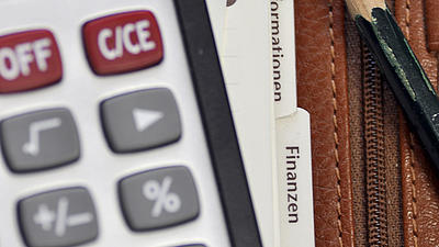 Ein Taschenrechner liegt auf einem Kalender