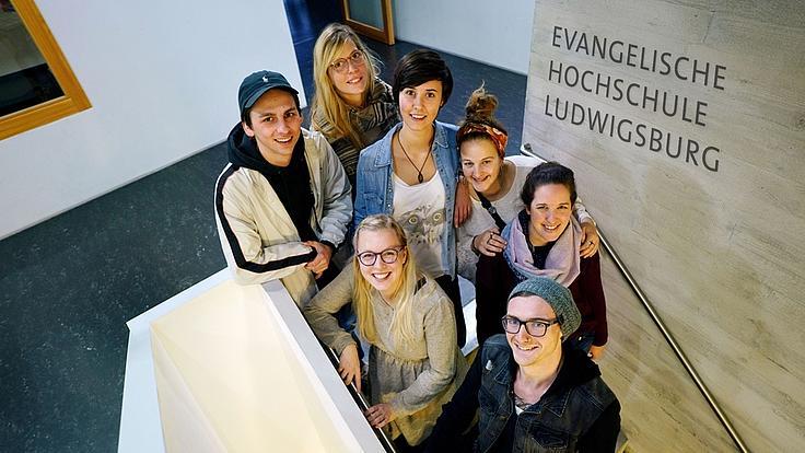 Eine Gruppe Studenten im Treppenhaus