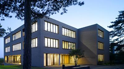 Gebäude der Hochschule am Abend