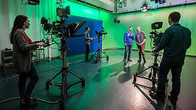 In einem Fernsehstudio wird ein Interview gefilmt.