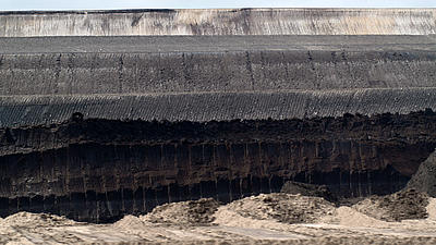 Gesteinsschichten im Tagebau.