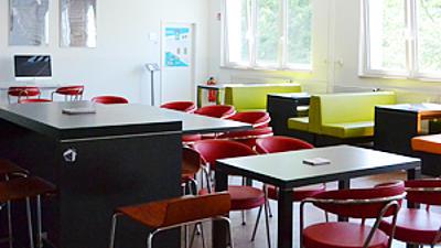 Ein leerer Seminarsaal.