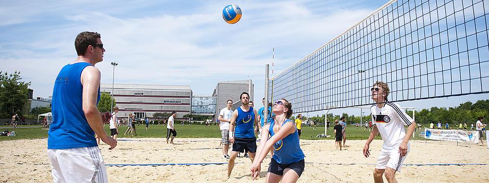 Studenten beim Volleyball spielen.