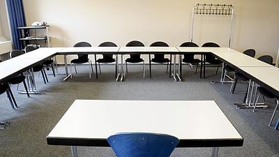Aufnahme eines leeren Seminarraumes aufgenommen vom Tisch des Dozenten