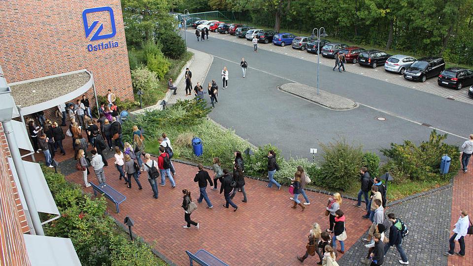 Eingang mit Studenden von oben fotografiert