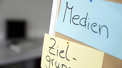 Nachaufnahme von zwei Medienkarten mit den Aufschriften