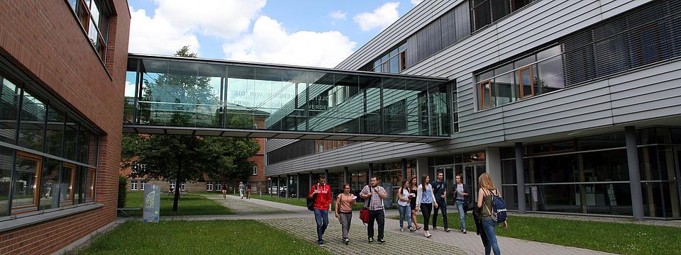 Studenten laufen auf dem Campus der Hochschule Ansbach