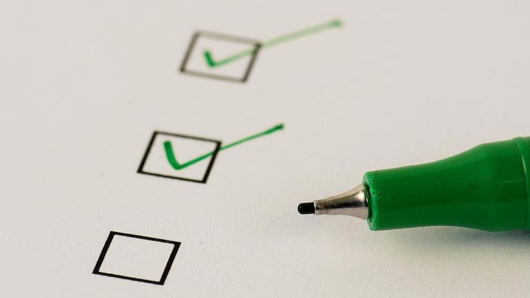 Checkliste mit Stift.